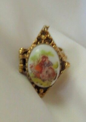 ANTIQUE VICTORIAN FRENCH GARDEN LOVERS Gold Porcelain Poison / Pill Box Ring