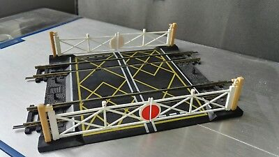 Hornby 00 double track level crossing with old & new type barriers VGC