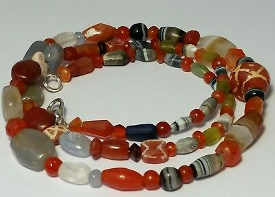 A BEAUTIFUL AND LARGE NECKLACE OF ANCIENT BEADS (61cm)
