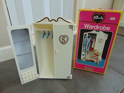 VINTAGE PEDIGREE 1970s SINDY DOLLS HOUSE FURNITURE - WARDROBE & HANGERS BOXED