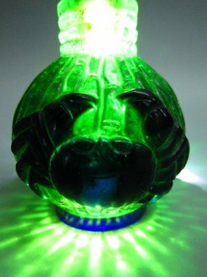 Chinese Two Crab Pattern Carved Green Peking Glass Snuff Bottle