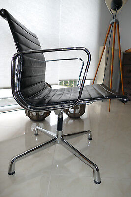 Vitra Aluminium Chair EA 107, Eames Chair, Leder Nero