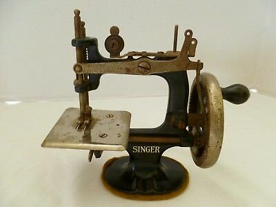 Antique Vtg Miniature Child's Singer Sewing Machine SewHandy Cast Iron Handcrank
