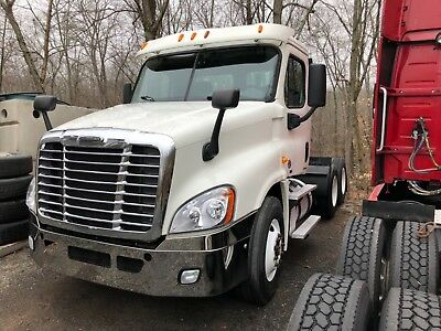 2014 Freightliner CASCADIA 125 DAY CAB only 305k mikes
