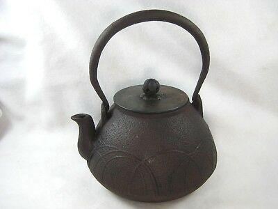 ANTIQUE JAPANESE MEIJI (c.1880) SIGNED CAST IRON TETSUBIN TEA POT GRASS WIND