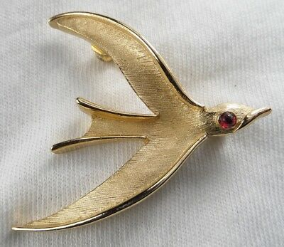 Vintage Trifari Signed Gold Tone Bird In Flight Red Ruby Eye Pin Brooch