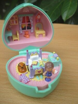 POLLY POCKET mini BLUEBIRD 1991 RING Dose - MIDGE`s BEDTIME - Herz + 2 FIGUREN