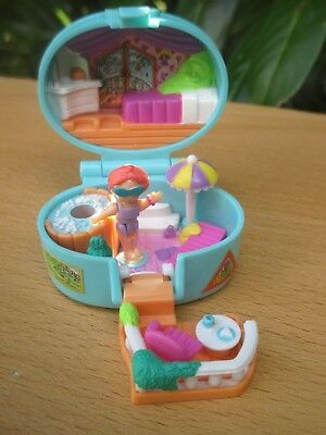 POLLY POCKET mini SUMMER VILLA - BLUEBIRD 1996 + FIGUR & SCHIRM - Dose Koffer