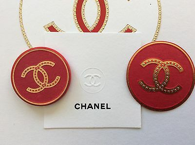 Chanel Magnet/Chanel Pin/Chanel Brosche rot-goldfarben,Papp-Camelia u. Duftkarte