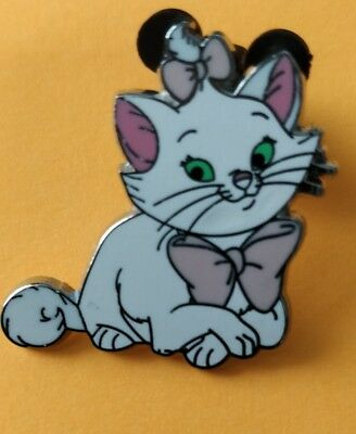 Disney Trading pins Marie the cat sitting down