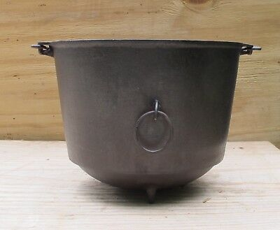 Griswold's Erie cast iron 3 legg Kettle No. 7 p/n 789 rounded bottom