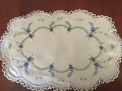 Pretty vintage linen embroidered Daisy Chain Centrepiece Doily Tray Cloth Exc
