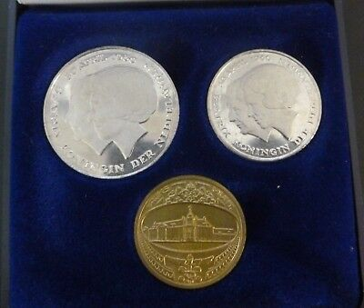 Netherland 1980 1 & 2 1/2 Guilder Mint Set In Case Of Issue Includes Mint Token.