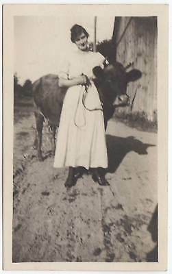 FARM LADY POSING w/HER COW OLD/VINTAGE PHOTO-SNAPSHOT-x2705
