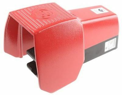 606 Series Emergency Stop Foot Switch with Cover, 1 Pedal, Maintained Contacts,