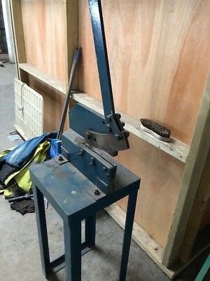 Guillotine for cutting metal