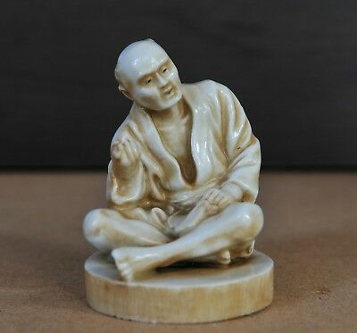 Japanese porcelain figure of a sitting man, early 20th century