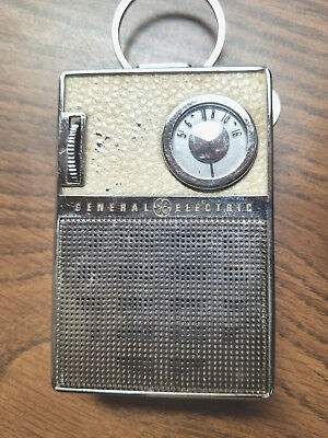 1960s vintage General Electric GE P851C WHITE AND CHROME AM TRANSISTOR RADIO