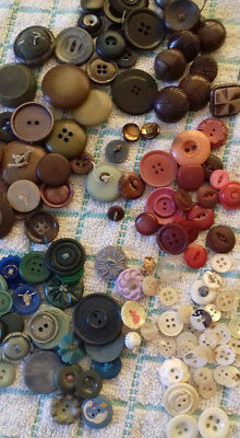 job lot vintage buttons in a button tin - plastic mother of pearl bakerlite mix