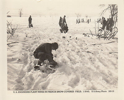 Original WWII US Army Photo ENGINEERS LAY MINES in SNOW 1945 FRANCE 195