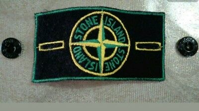 Stone Island stemma patch verde con bottoni. Original green patch with buttons