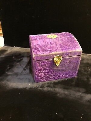 Antique Victoria Collar box with Top compartment for buttons. Two collars