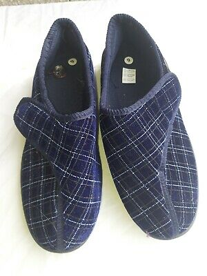 SLIPPERS size 9 anti slip, blue/white lattice patten Easy Fasteners washable