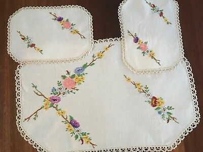 Pretty Vintage Linen Mixed Flowers Hand Embroidered 3 Doily Duchess Set Exc