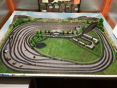 N GAUGE MODEL railway layout including 2 engines, vaious rolling stock, EZ  Comma