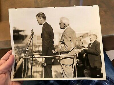 1927 Press Photo Aviator Charles Lindbergh Speaking In Sacramento California