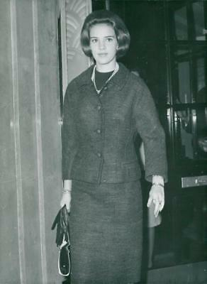 Queen Anne-Marie of Greece outside his hotel in London - Vintage photo