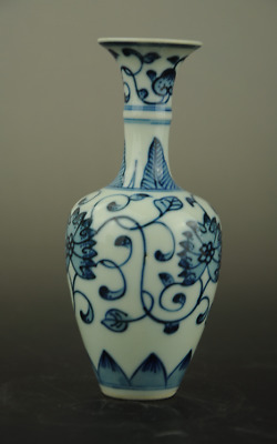 Chinese old Handmade Blue & White Porcelain Hand-Painted flower pattern Vase b01