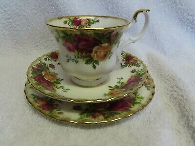 "Royal Albert "" OLD COUNTRY ROSES "" Tea trio made in England   *"