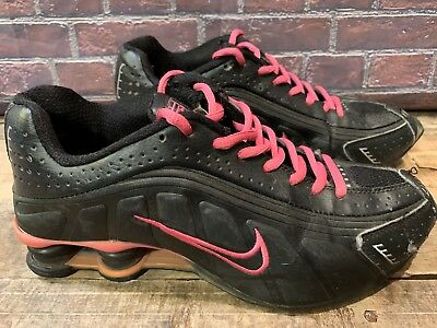new style 890ca 0c980 Nike Shox 2002 Femmes Chaussures Course Size 8.5 Noir Rose