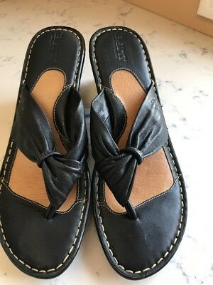 aa91a2b9189f BORN Women s Black Leather Thong Slide Flip Flop Wedge Heel Sandals Sz 10 M  EUC