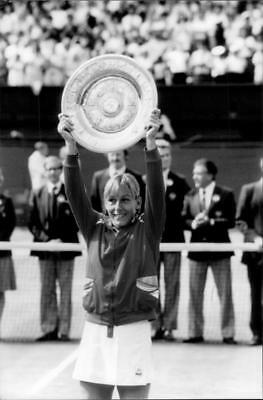 Martina Navratilova proudly holds his trophy after defeating Chris Evert in the