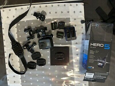 GOPRO HERO5 BLACK EDITION ACTION CAMERA con accessori