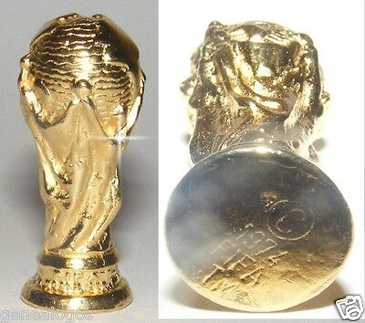 RARE FEVE METAL OR FIN 3D COUPE du MONDE FOOTBALL ALLEMAGNE 1974 FIFA WORLD CUP