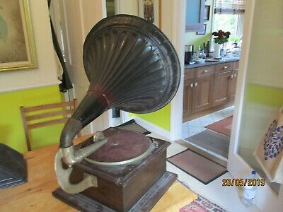 A  working horn tin horn phonograph phonograph