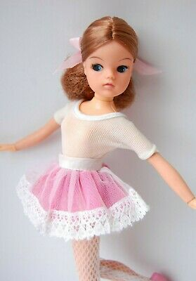 Sindy doll Auburn 2 gen ballerina with centre parting Ankles pose Pedigree