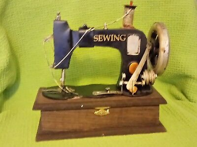 ANTIQUE/VINTAGE *SEWING MACHINE* WOODEN TRINKET BOX 787grms RARE! COLLECTABLE