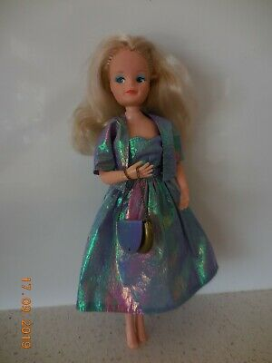 VINTAGE SINDY DOLL - 'SMIRKY FACE' 1986 - ORIGINAL CLOTHES + HANDBAG 27cms