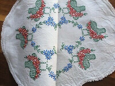 Pretty vintage linen hand embroidered Red Daisy Baskets Centrepiece Doily Exc