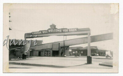 """CARS and WALKWAY by """"CANADA WILL WELCOME YOU BACK"""" Road ARCH Sign* old Photo"""