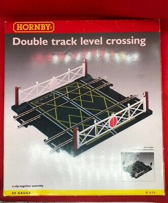 Hornby R636 Bahnübergang 2 Gleisig Double Track Level Crossing new