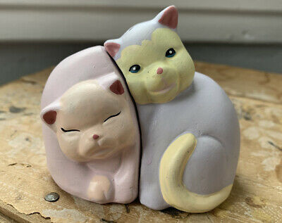 Vintage Hand-painted Unmarked Snuggling Cats collectible  Salt & Pepper Shakers