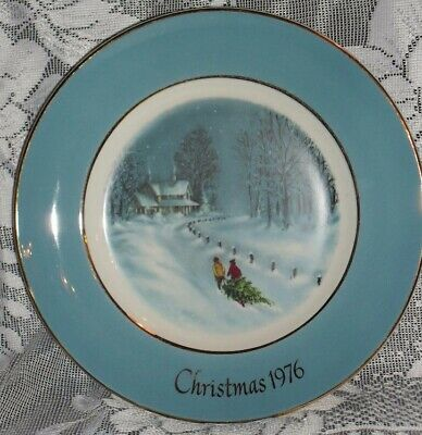 "9"" AVON Christmas 1976 ""BRINGING HOME THE TREE"" Collector's Plate"