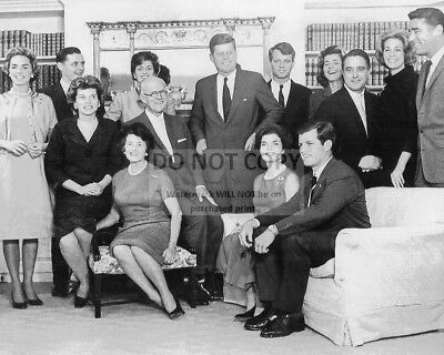 PRESIDENT JOHN F KENNEDY AT CEREMONY FOR CABINET MEMBERS 8X10 PHOTO BB-315
