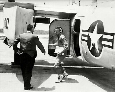 Alan Shepard Greets Gus Grissom After Freedom 7 - 8X10 Nasa Photo (Aa-272)