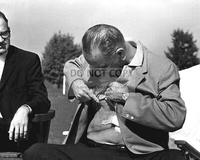 President Lyndon B. Johnson Shows Reporters His Surgery Scar 8X10 Photo (Aa-548)